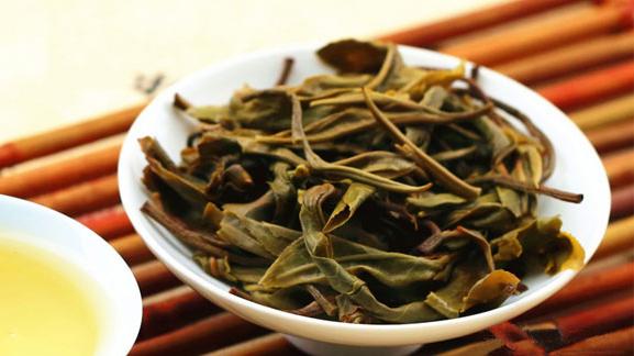 如果有很多的碎茶渣,茶梗则代表普洱茶的品质不好,其次是嗅普洱茶底的